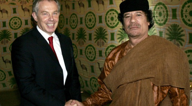 Britain's Prime Minister Tony Blair (L) shakes hands with Libyan leader Muammar Gaddafi near Gaddafi's home town of Sirte May 29, 2007. © Leon Neal / Reuters