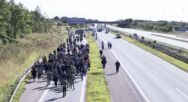 refugeesOnWayToDenmarkFromGermany_large