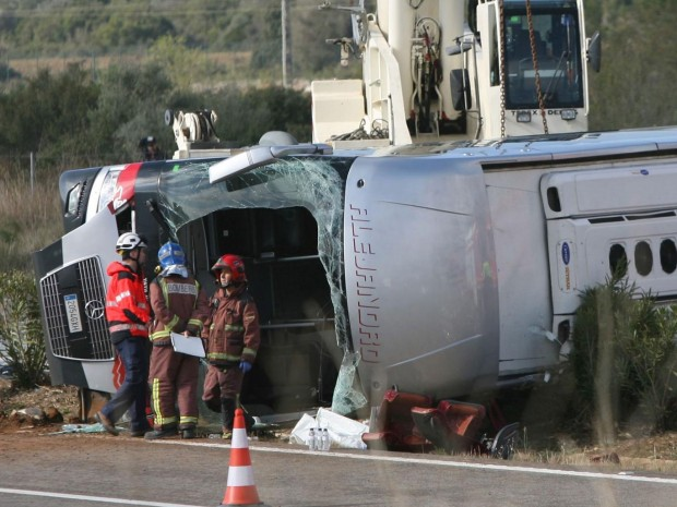 Emergency services' members work at the site of a coach crash that has left at least 14 students died at the AP-7 motorway in Freginals, in the province of Tarragona, northeastern Spain, 20 March 2016 EPA