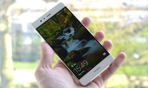 The Huawei P9 fits comfortably in the hand with a relatively svelte frame for a phone with a 5.2in screen. Photograph: Samuel Gibbs for the Guardian