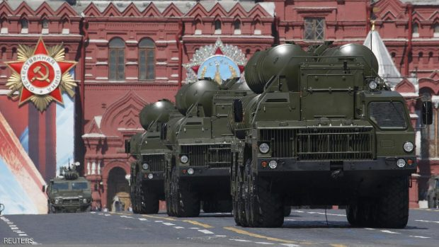 Russian S-400 Triumph medium-range and long-range surface-to-air missile systems drive during the Victory Day parade, marking the 71st anniversary of the victory over Nazi Germany in World War Two, at Red Square in Moscow, Russia, May 9, 2016. REUTERS/Sergei Karpukhin