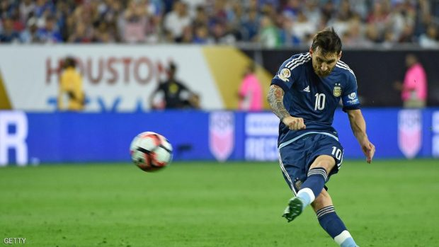 Argentina's Lionel Messi takes a free-kick to score against USA during their Copa America Centenario semifinal football match in Houston, Texas, United States, on June 21, 2016.  / AFP / Omar Torres        (Photo credit should read OMAR TORRES/AFP/Getty Images)