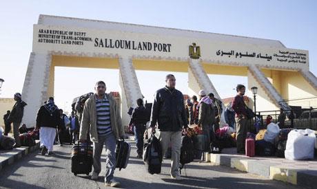 A file photo of Egyptians cross from Libya to Egypt through the Salloum land port gate on Tuesday, Feb. 22, 2011 (Photo: AP)