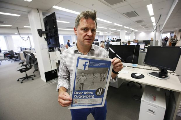 Aftenposten's editor in chief Espen Egil Hansen poses with the day's edition featuring the iconic picture from the Vietnam War. PHOTO: ERIC JOHANSEN/EUROPEAN PRESSPHOTO AGENCY