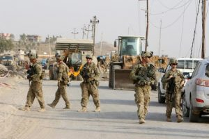 U.S. soldiers gather in the town of Gwer, northern Iraq  August 31, 2016.  REUTERS/Azad Lashkari /File Photo