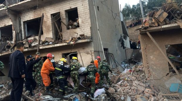 Rescue workers search at site after an explosion hit a town in Fugu county, Shaanxi province, China, October 24, 2016. © China Daily / Reuters