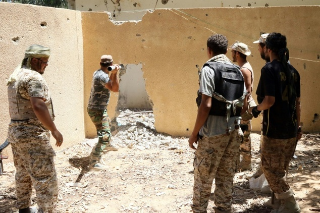 Forces loyal to Libya's UN-backed Government of National Accord break up a wall as they fight Islamic State jihadists holed up in a residential district of Sirte on August 14, 2016 ©Mahmud Turkia (AFP)