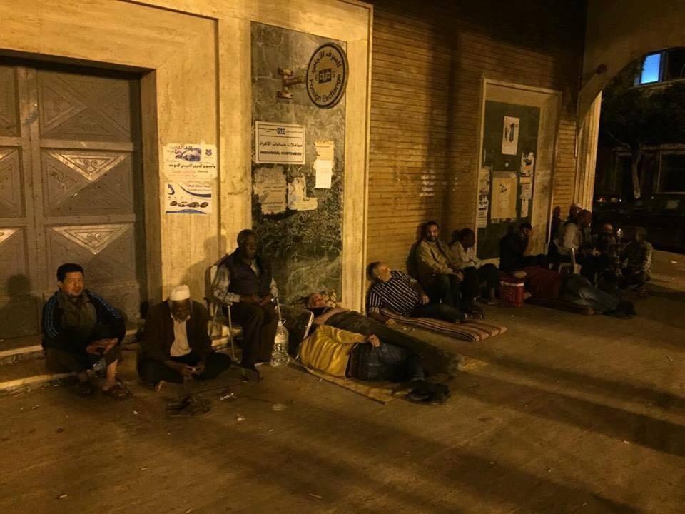 Libyans sleep at bank's doors