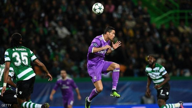 Real Madrid's Portuguese forward Cristiano Ronaldo jumps for a ball during the UEFA Champions League football match Sporting CP vs Real Madrid CF at the Jose Alvalade stadium in Lisbon on November 22, 2016. / AFP / FRANCISCO LEONG