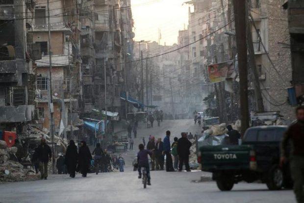 People walk along a street near damaged buildings in Tariq al-Bab neighbourhood of Aleppo, Syria November 2, 2016. REUTERS/Abdalrhman Ismail  - RTX2RKHP